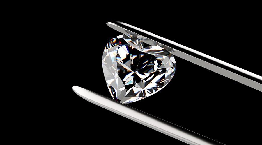 loose-heart-diamond-in-tweezers